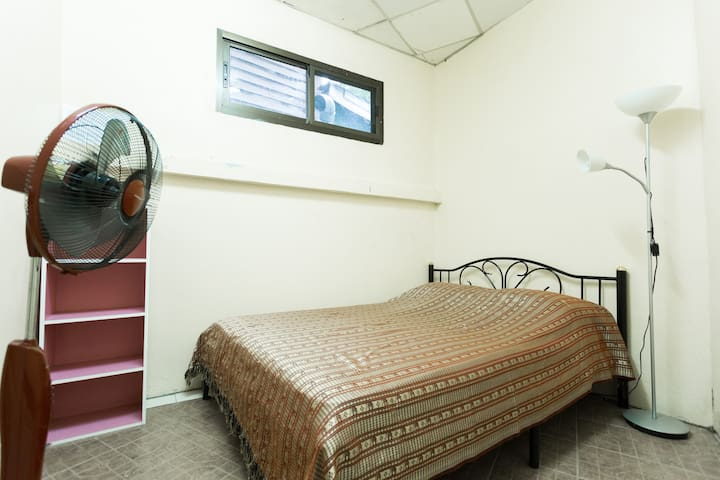 Room A. comfortable bed and safe - Bangkok - Huis