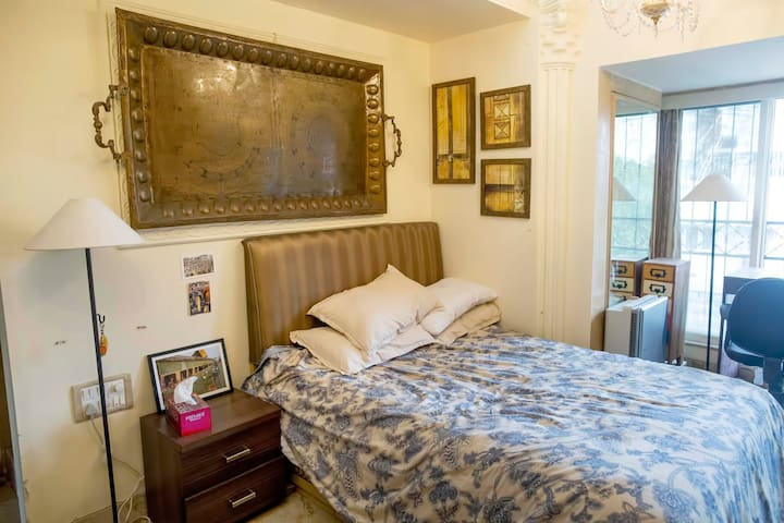 Bedroom with attached bathroom and WIFI - Mumbaj - Apartament