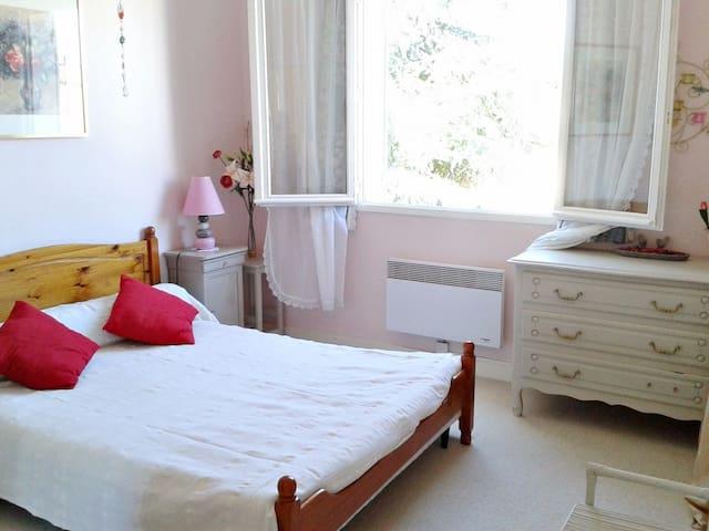 Chambre chez l'habitant dans joli village ancien - Gensac - Casa de huéspedes