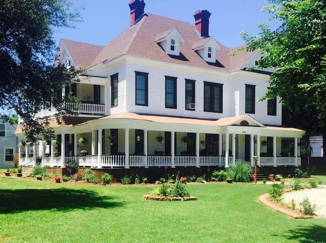 Roberts Victorian Home - Hearne