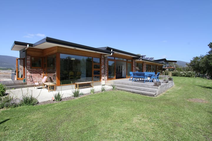 Huon Valley Luxury with River Views + free wi-fi - ラネラ