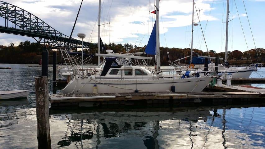 Classic, comfortable houseboat w/ SUP & Kayak - Kittery