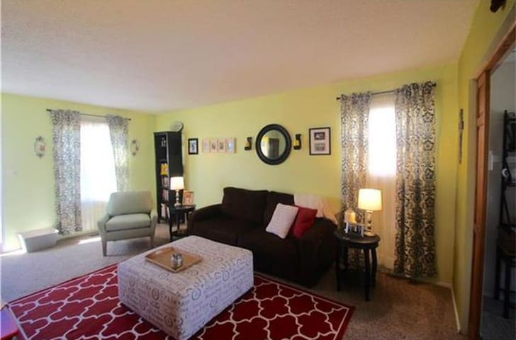 Classy and Cozy 2BR Home with pool and park access - Kansas City