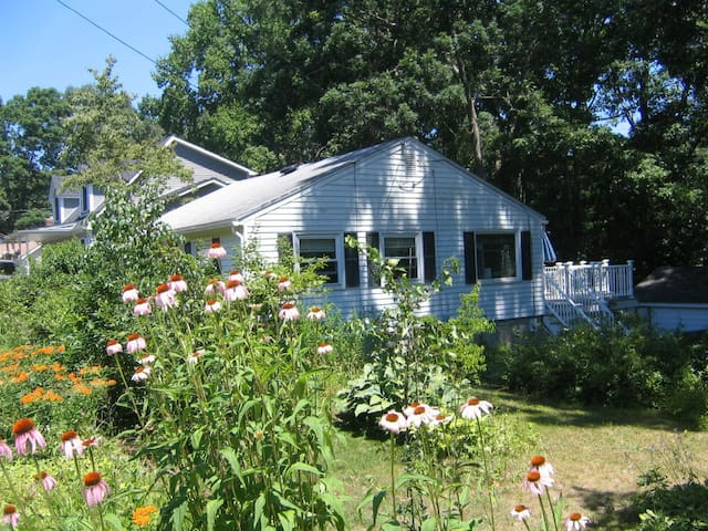 Entire Cottage - Walk to Beach! - East Lyme - Casa