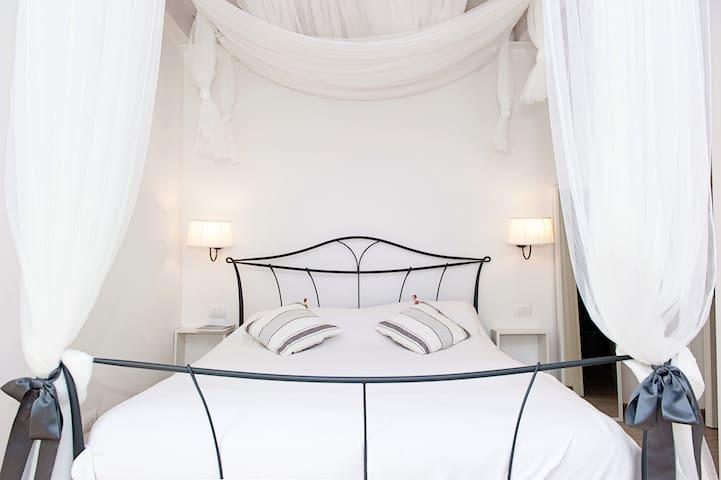 Charming Juliet room B&B - Bussolengo - Bed & Breakfast