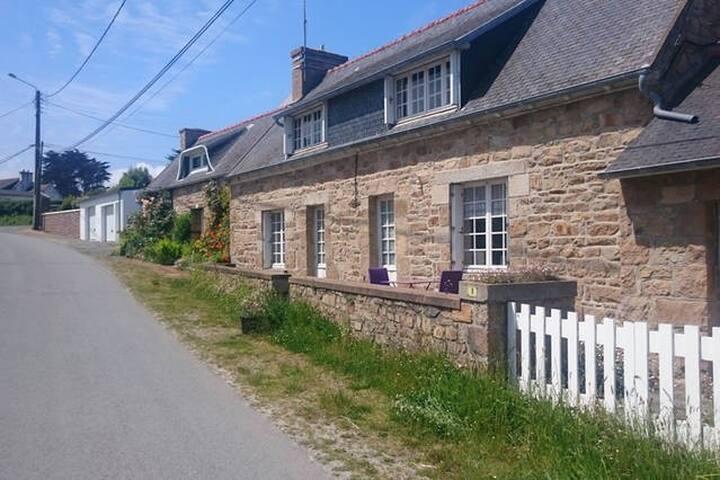 Typical Breton House (300 meters from the beach) - Trévou-Tréguignec - Huis