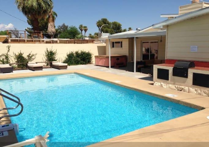 4 bedroom Pool House, Walk to Strip - Лас-Вегас - Дом
