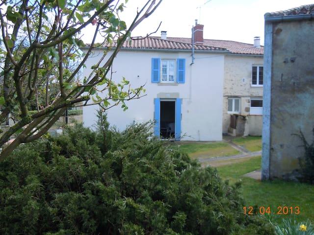 Maison de village à 30 mn du Puy du Fou. - Bazoges-en-Pareds - Hus
