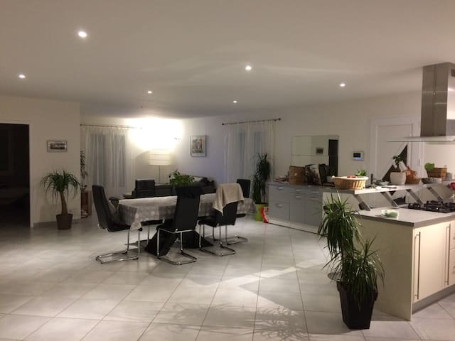 Maison contemporaine avec piscine - Boulazac - Huis