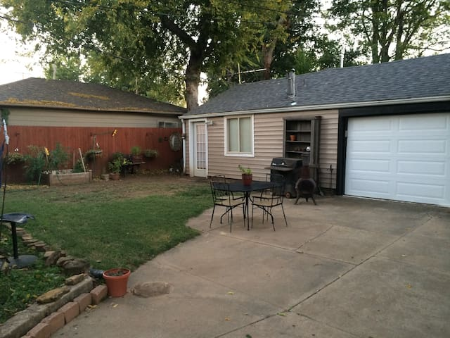 Simple clean guest house in midtown - Tulsa - Hus