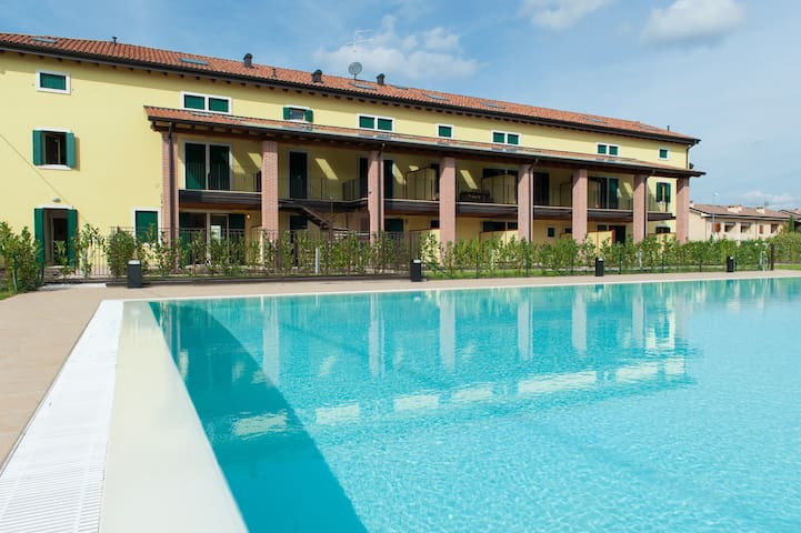 Modern flat with pool view - Bussolengo