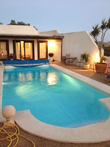 Villa with Pool House &Heated Pool -  nazaret, teguise - Huis