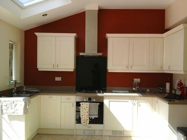 Beauitfully Refurbished 2/3bed home - West Horsley