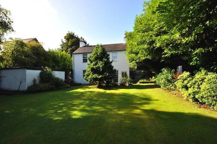 Large Upstairs Room by the River Leven + breakfast - Alexandria - Hus