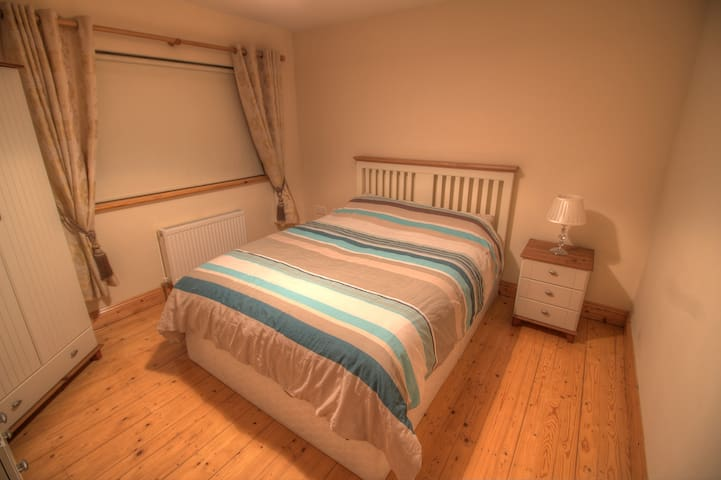 King Size Bed in Quiet Room - Portlaw - Casa