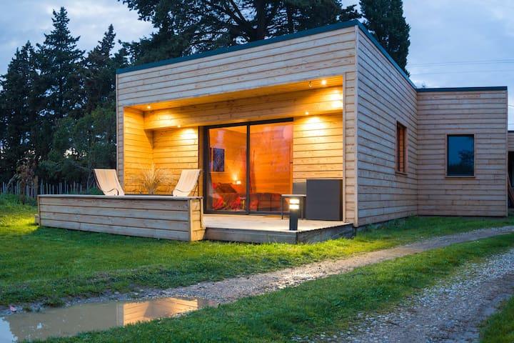 Chambre de charme, douceur du bois - Senas - 自然地形を利用した家