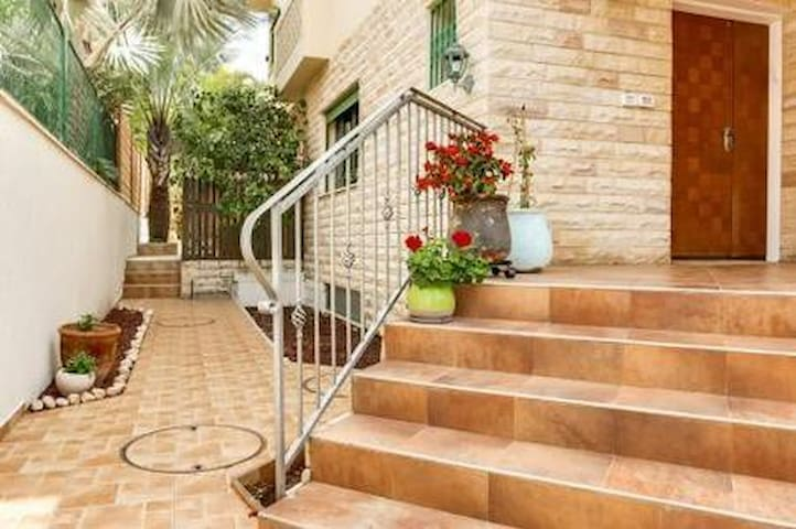 Lovely 4BD Ness-Ziona house in a quiet area - נס ציונה - Hus