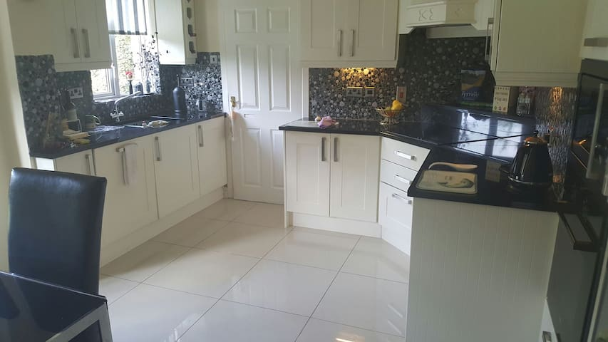 Stunning family home rooms to let - castleknock - Casa