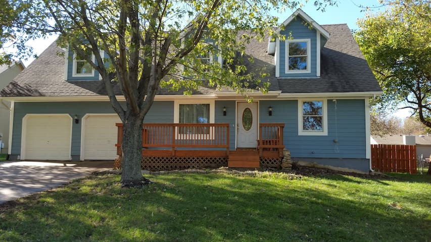 LARGE 6 Bedroom w/ Guest House - Olathe - Huis