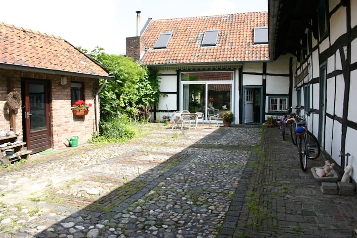 IDEAL FOR CYCLING/WALKING VISITORS 1st room - Banholt - Bed & Breakfast