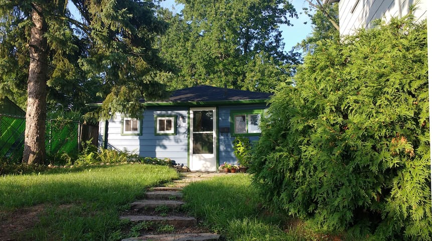 Charming Garden Cottage in town - Guelph - Kabin