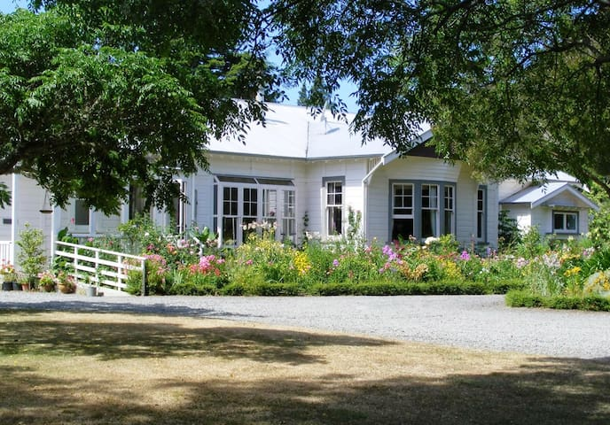 Spacious double room, country home - Masterton - Bed & Breakfast