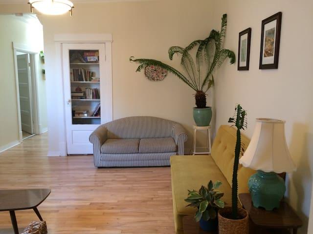 Cozy Bedroom in Classic Mile End Apartment! - Montréal - Apartament