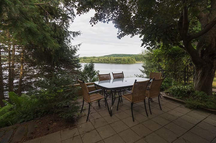 Charming Lakeside House - Cowansville
