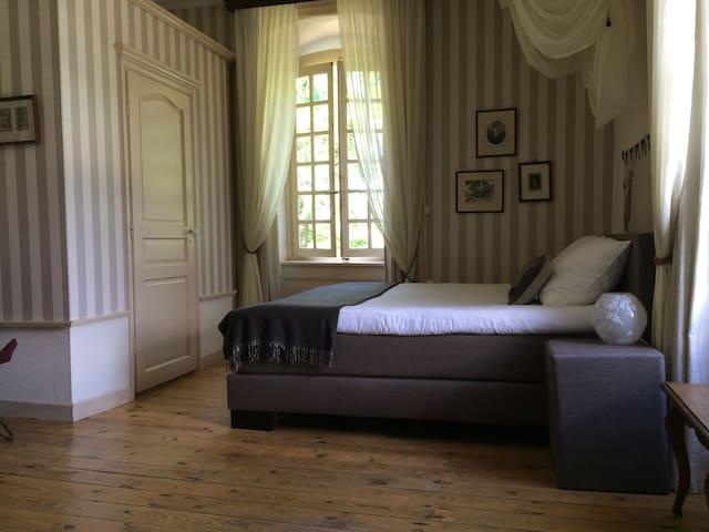 Chambre du Général - ruime lichte kamer - Dore-l'Église