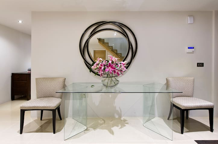 Fine Room Superb Home  Woodham. Both A3 /M25 close - Addlestone - Huis
