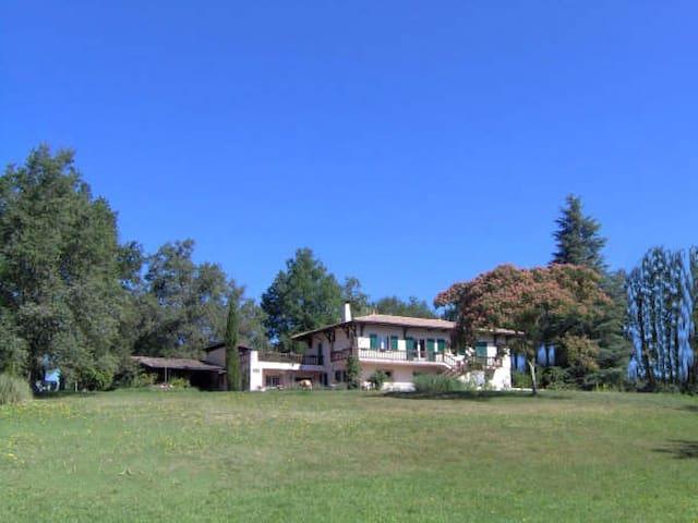 Chambres dans maison spacieuse à 23 km de Bordeaux - Sadirac - Rumah