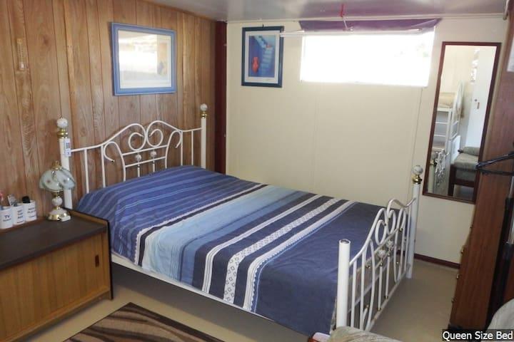 Bribie Island Self Contained Room - Bongaree - Houten huisje