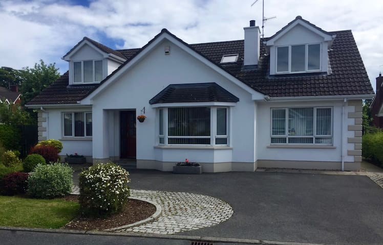 Comfy family home - N.I Tourist Board Certified - Warrenpoint - Huis