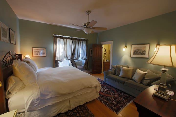 The End Iron Inn, Sandzen Room - Salina - Bed & Breakfast