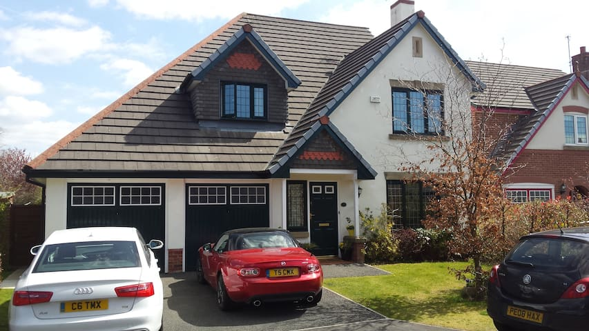 Spacious Ensuite room in large modern house - Whalley