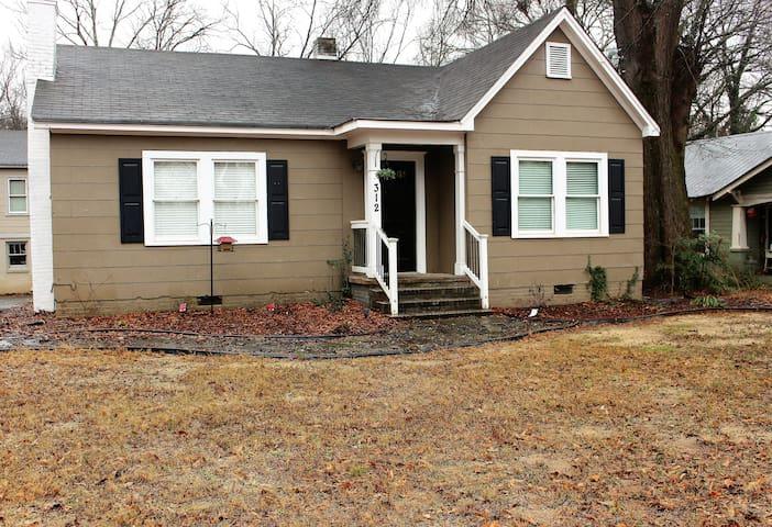 Quaint bungalow in historic downtown Cartersville - Cartersville - Ház