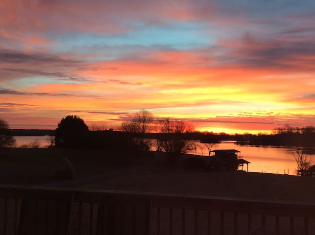 Waterfront Sunrise View - Bumpass - Appartement