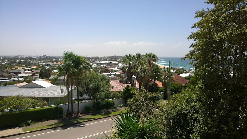 Beach and city view, entire place - Merewether - Apartamento