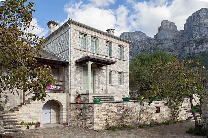 """Παραδοσιακό σπίτι """"Μπίμτσα"""" - Papingo - Casa"""