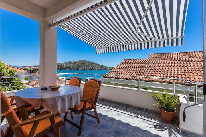 Seaview Apartment with Balcony - Tisno