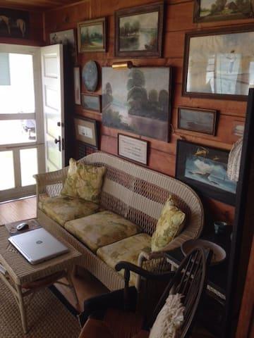 Cozy Classic Lakefront Cottage - Manitou Beach-Devils Lake - Maison