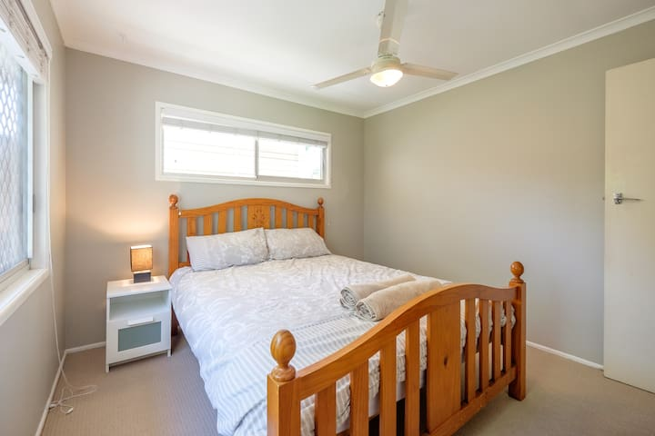 Private room close to shops and transport - Everton Hills