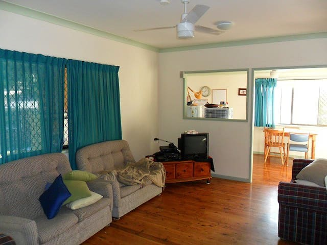 3 minutes walk to bus, fully furnished - Bellbowrie - Rumah