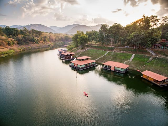 Pufa Engnam Lake & Resort: Romklao Raft - Amphoe Nong Prue