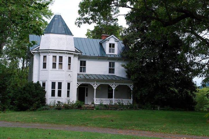 Herb & Myth: Victorian Farm Retreat - Marshall - Huis