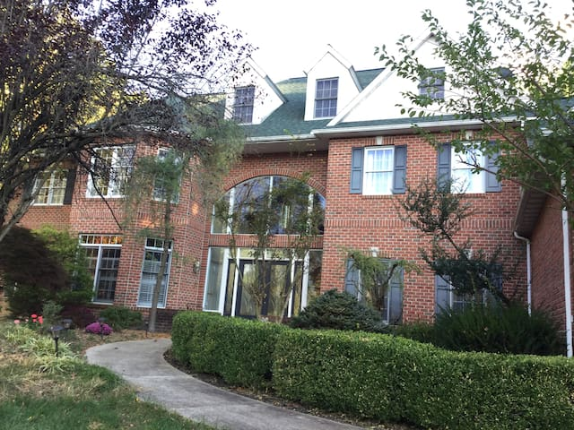 6 B/R Colonial for family vacation & reunion. - Mohnton