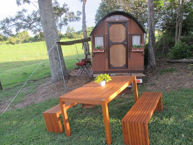 Holiday with a difference! Unique Shepherd's Hut. - Maleny