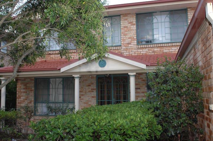 Huge light and airy Sydney suburban family home - West Hoxton - Casa