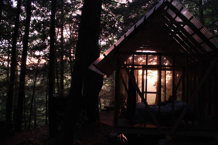 Open-Air Cabin with View // farm glamping - Brookline - Cabaña