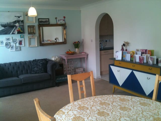 Entire 2 bedroom Flat, homely and spacious. - Swindon - Appartement